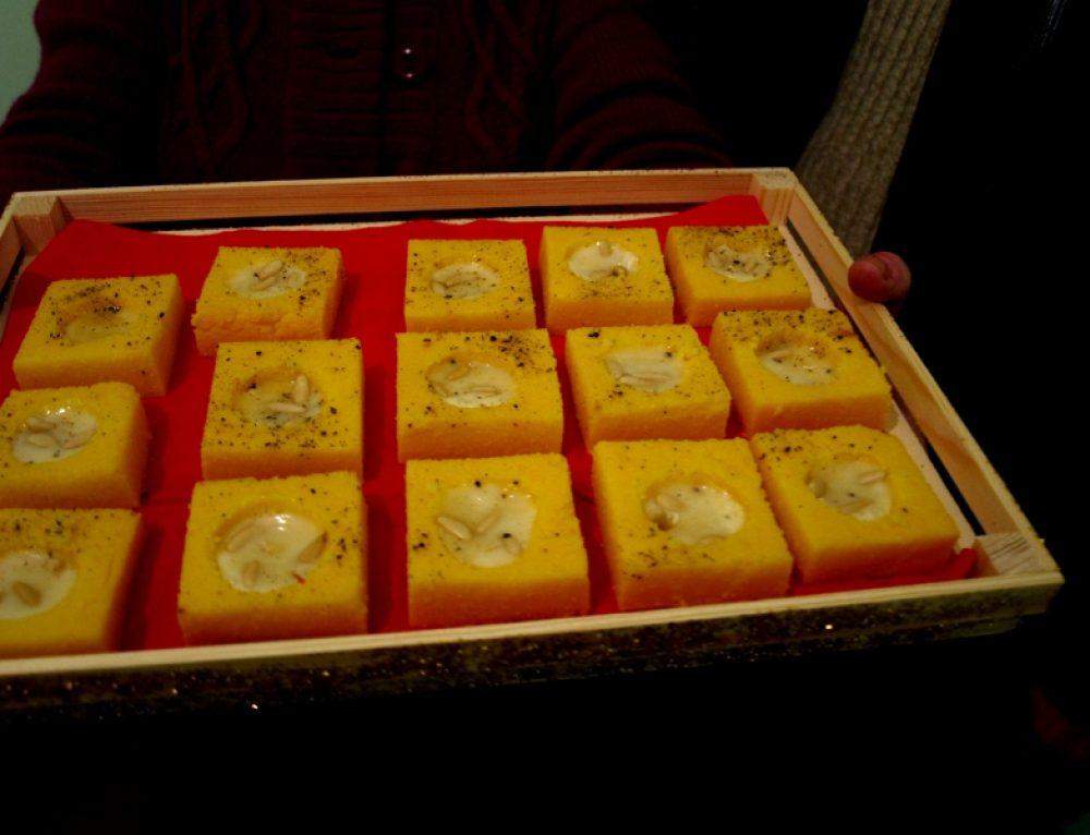 Scodelline di polenta con fonduta di taleggio e pinoli