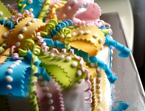 Torta Pacco Regalo, semplice e colorata come la voleva