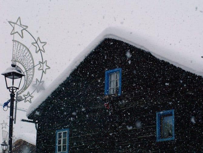 Livigno casa con finestre azzurre