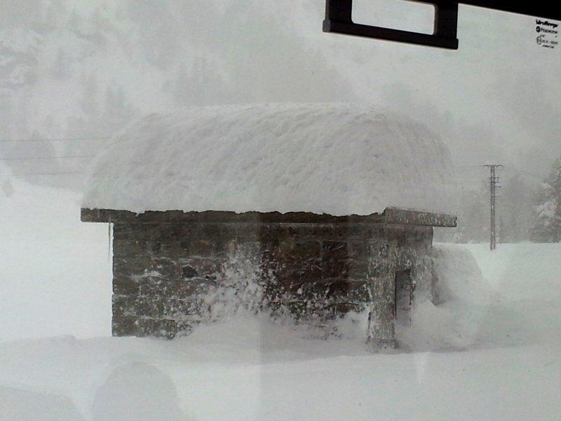 trenino cavaglia neve sul tetto