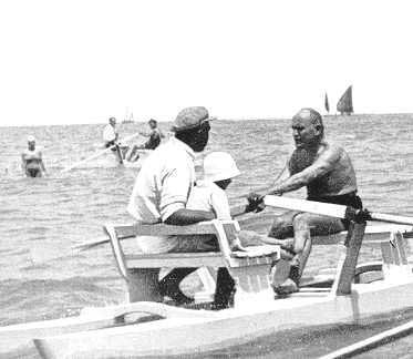 Benito_Mussolini_rema_un_moscone,_Riccione_1932