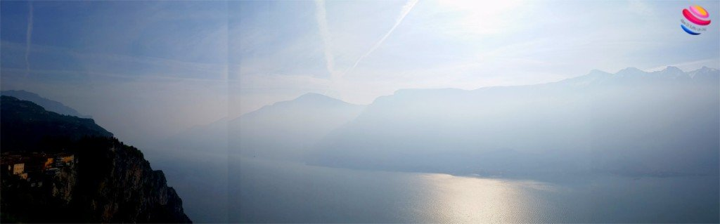 Panoramica del lago di garda dalla Terrazza del Brivido dell'hotel Paradiso di Tremosine