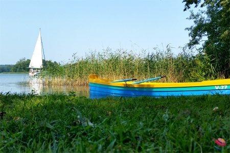 Trakai lago e barca a vela e barca a remi