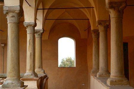 Castelli piacentini visitabili particolare del porticato del Castello di Agazzano
