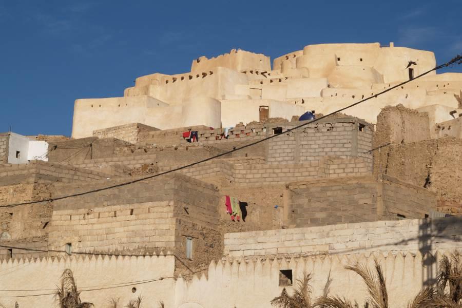 Algeria Tadrart abitazioni sulla collina dell'Oasi di Djanet