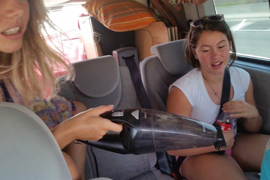 cosa fare in macchina durante un viaggio: pulizie