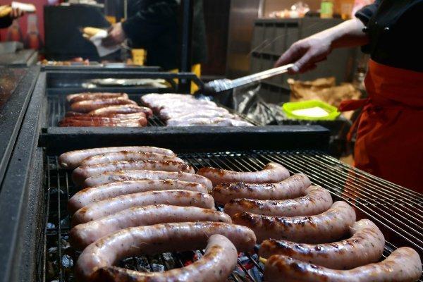Cosa mangiare a Praga  salsicce in cottura