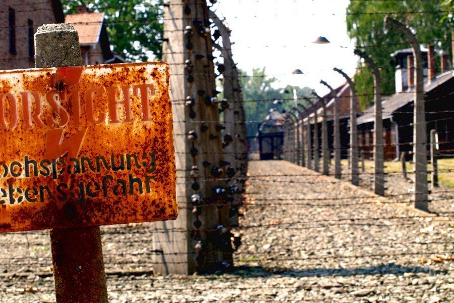 visitare-Auschwitz cartello di pericolo