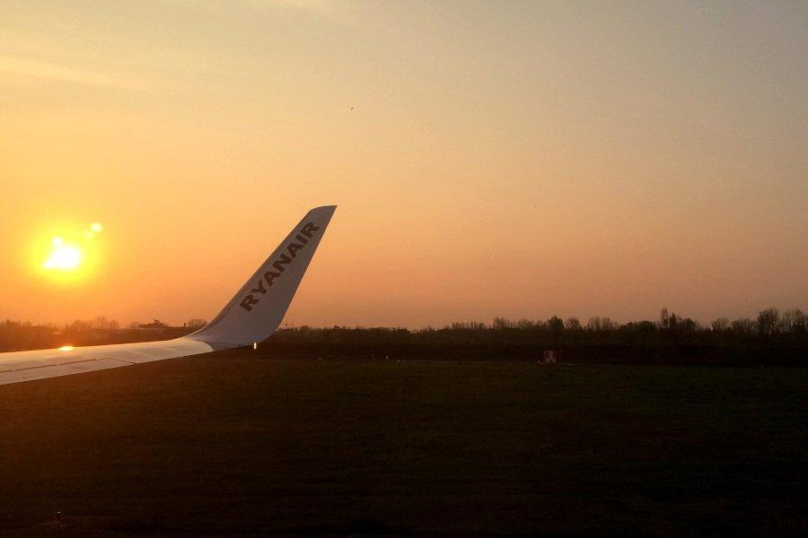 Ryanair minorenni senza genitori decollo all'alba