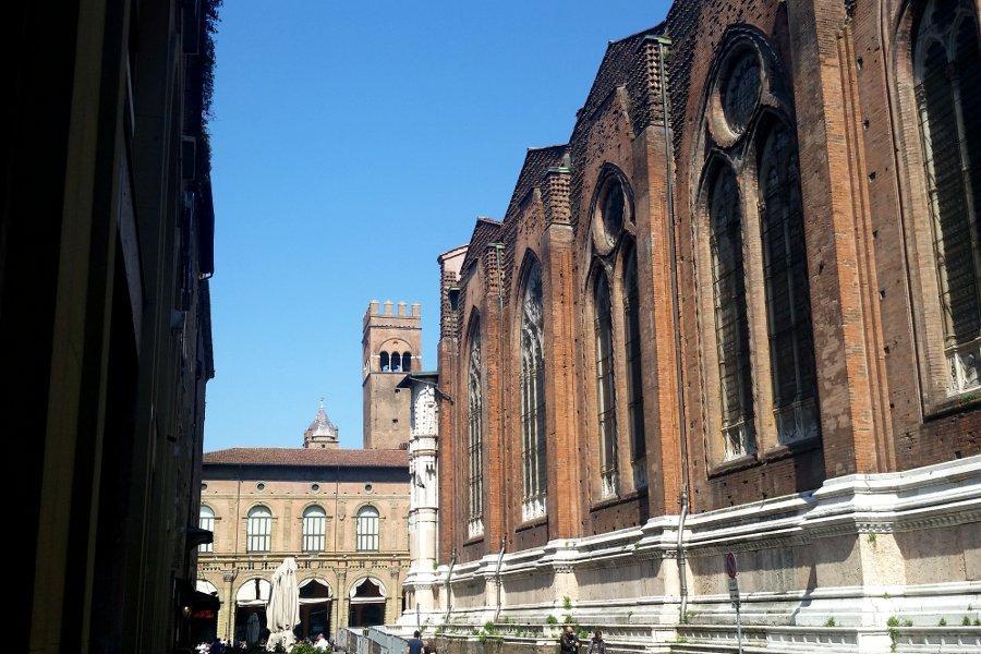 Le torri in linea nei pressi della basilica di Bologna