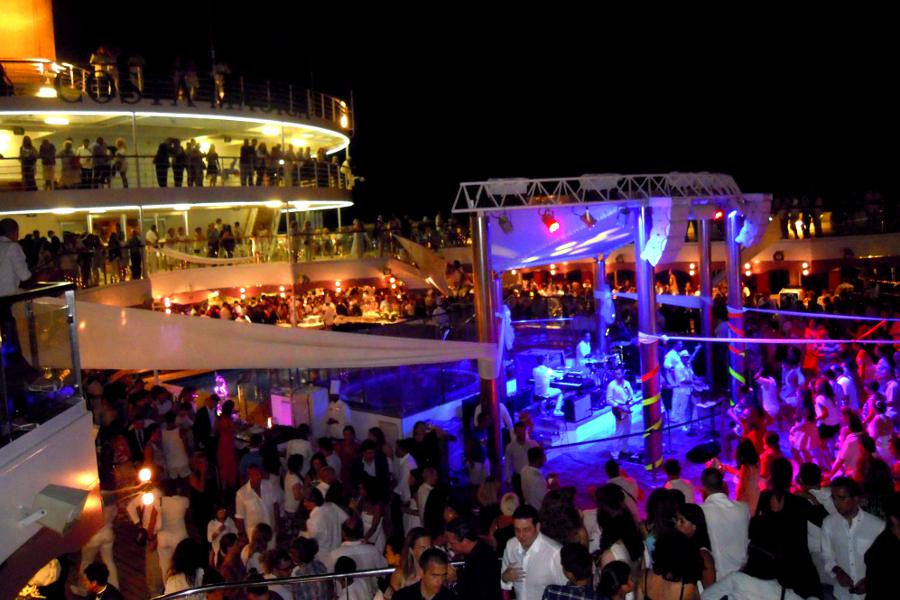 Costa Crociere discoteca a bordo piscina