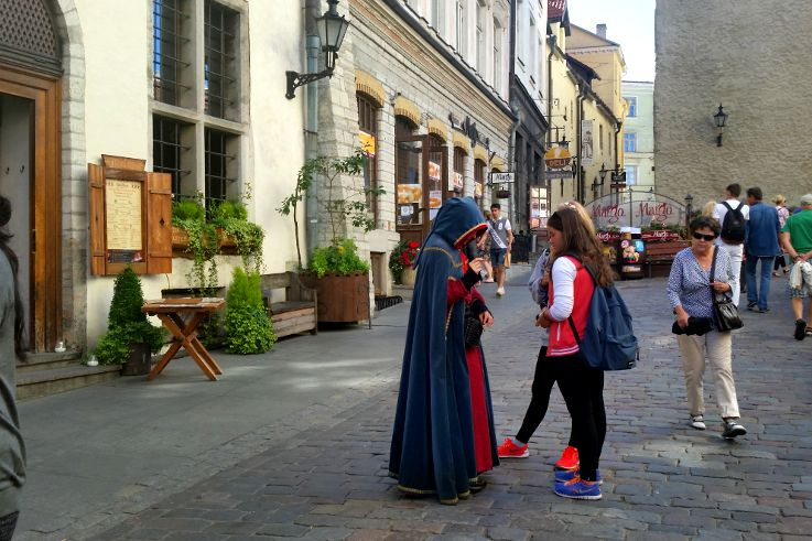 tallinn aspettando di entrare nel risotrante medievale