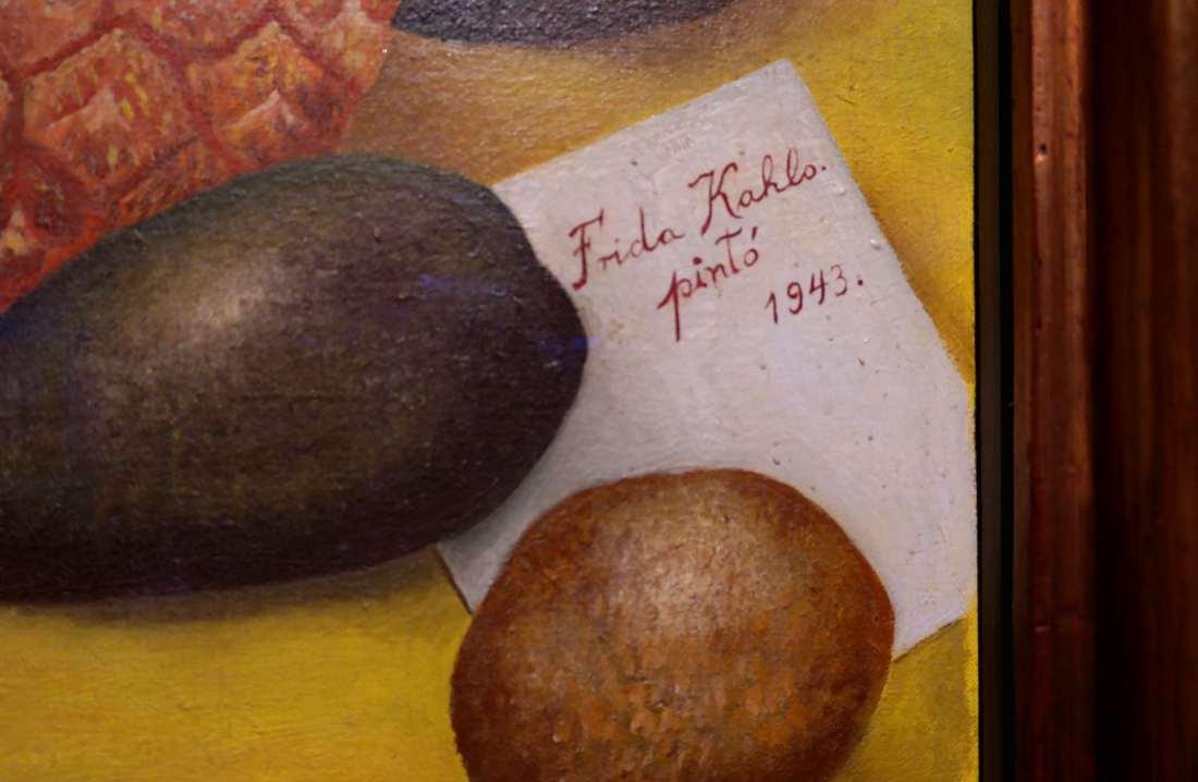 Frida Kahlo firma su quadro