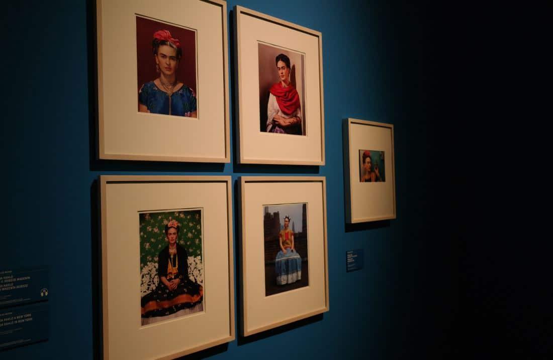Frida Kahlo foto a colori in abiti messicani