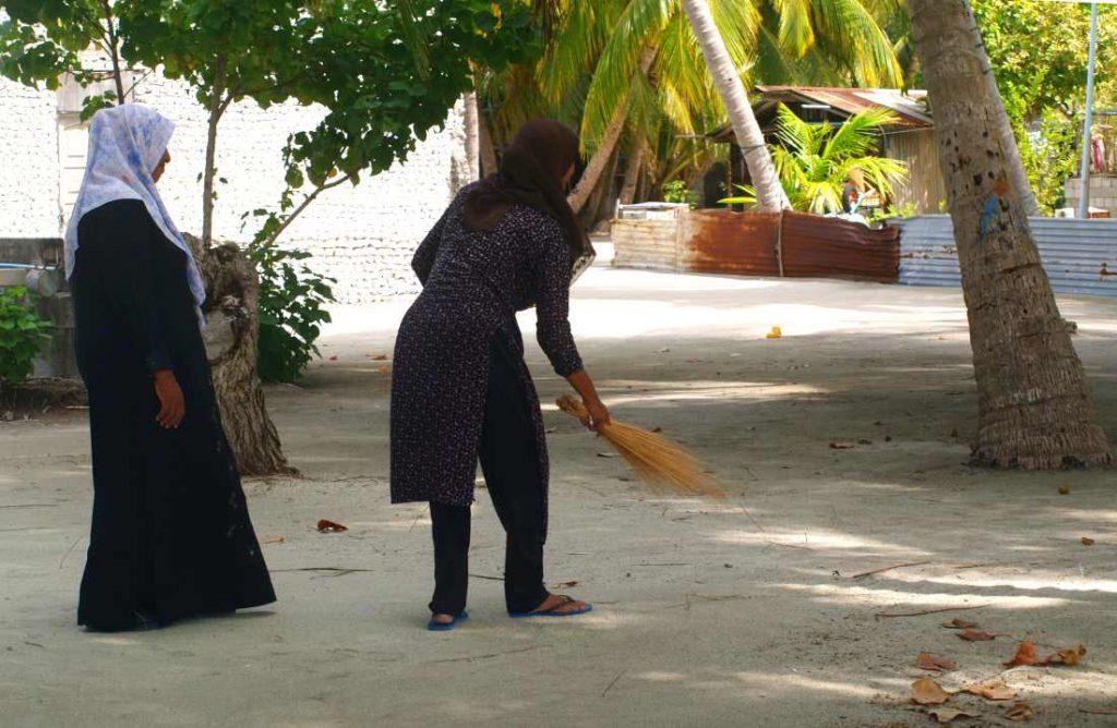 isole maldive pulizia delle strade sabbiose