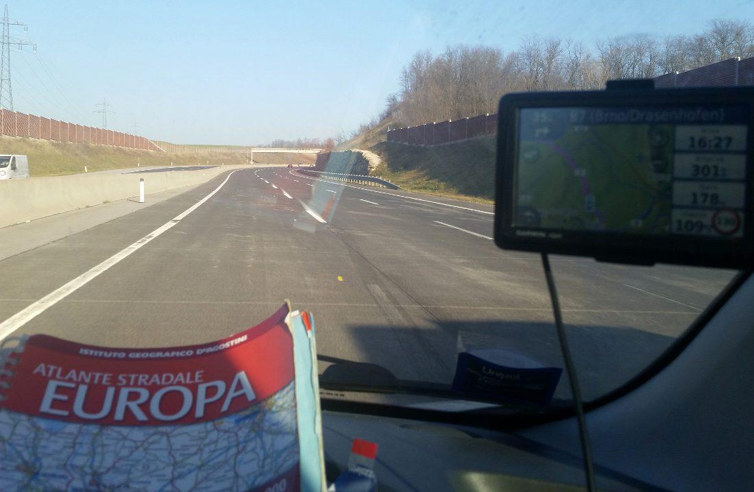 viaggi in macchina navigatore e atlante stradale