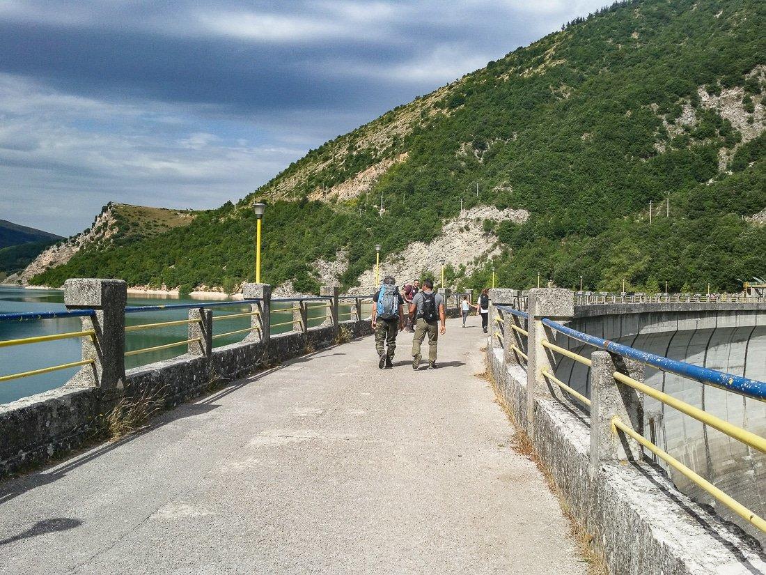 Diga sul lago di Fiastra uno dei laghi delle marche