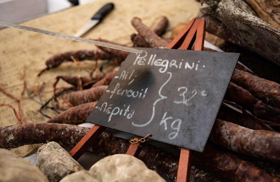cosa mangiare in corsica salumi al mercato