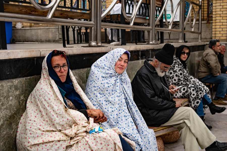 Viaggio in Iran indossare il chador per entrare in un santuario