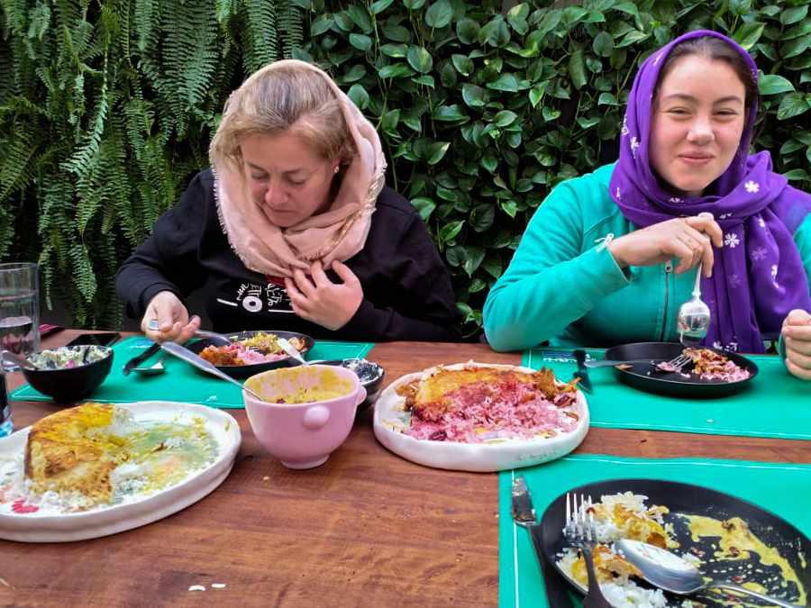 viaggio in Iran mangiare con il velo